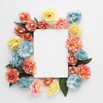 空白のメモと花で作られた美しい背景