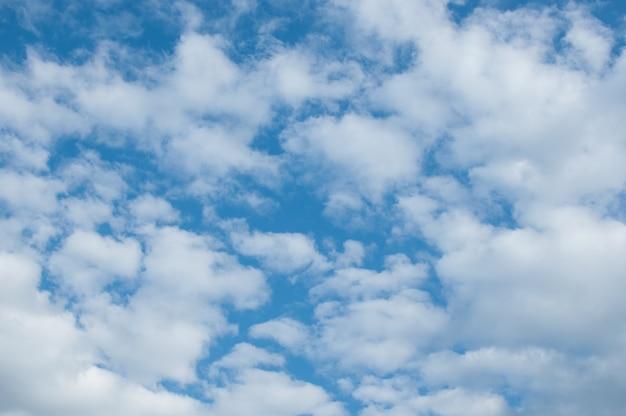 솜털 구름과 낮 동안 푸른 하늘의 아름다운 배경. 복사 공간