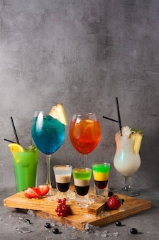 Красивый фон популярных алкогольных коктейлей. копировать пространство
