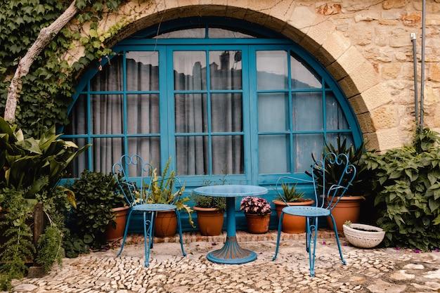 스페인 팔스에 있는 오래된 집의 아름다운 발코니