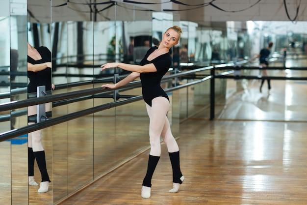 バレエ クラスで踊る美しいバレリーナ