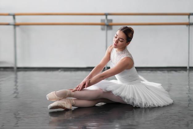 バレエのクラスでポーズ美しいバレリーナ