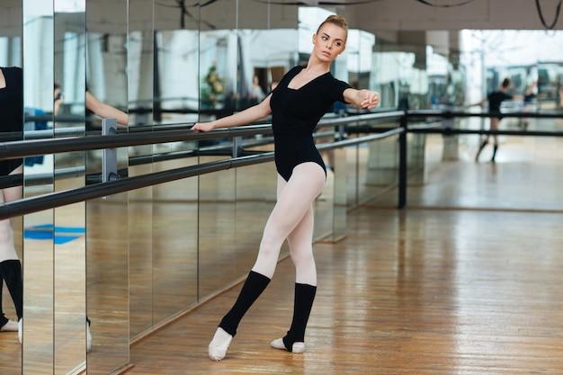 バレエのクラスで練習する美しいバレリーナ