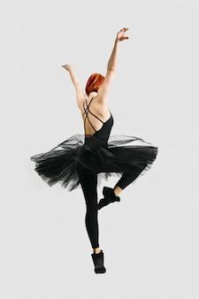 Bella ballerina che indossa il nero tutu