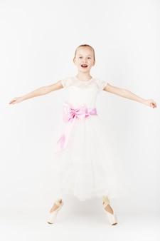 Красивая балерина, изолированные на белом фоне