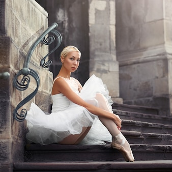 Красивая женщина балета на лестнице