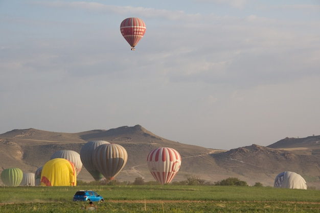 Красивый воздушный шар и пейзажный вид на каппадокию, турция.