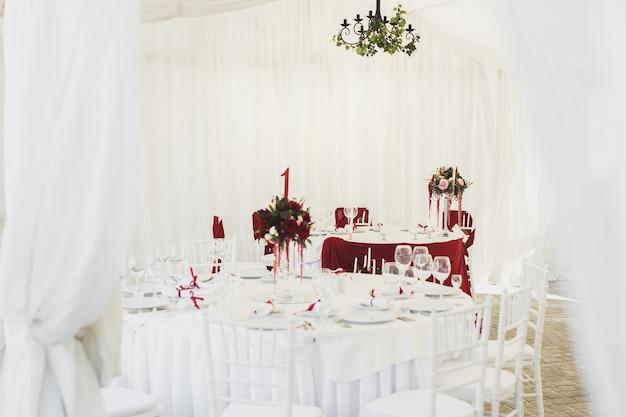 結婚披露宴用のテントの下にある美しい宴会場。