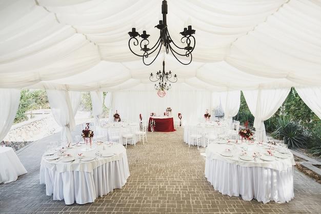 Красивый банкетный зал под палатку для свадебного приема.