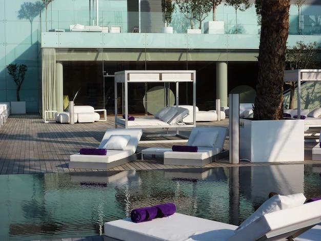 흰색 디자인의 아름다운 barcellona spa, 수영장이 있으며 해변에서 가깝습니다.