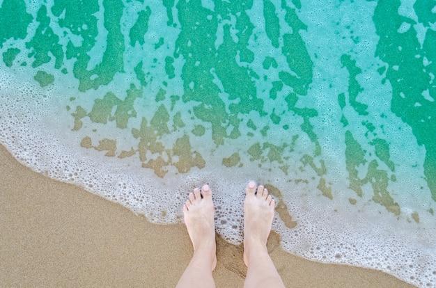 Красивые босые ноги на пляже