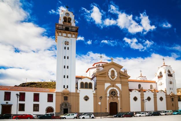 Красивая церковь базилика де канделария на тенерифе, канарские острова, испания