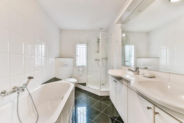 큰 욕조와 흰 벽이있는 아름다운 욕실