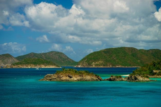 緑の丘とヨットのある島の美しい湾、セントジョン米領バージン諸島。