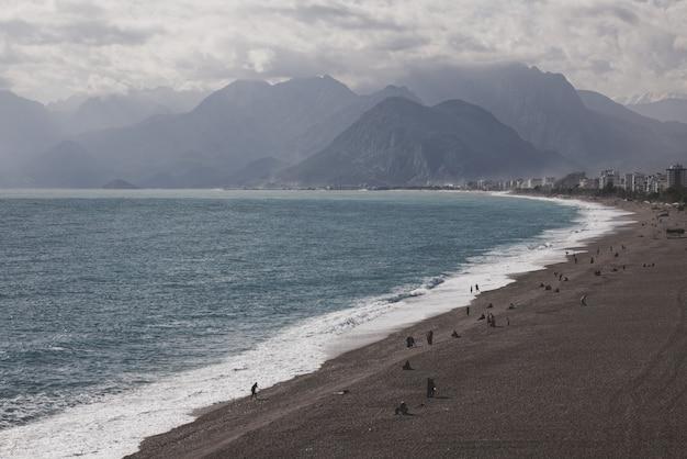 アンタルヤの美しいビーチと山々
