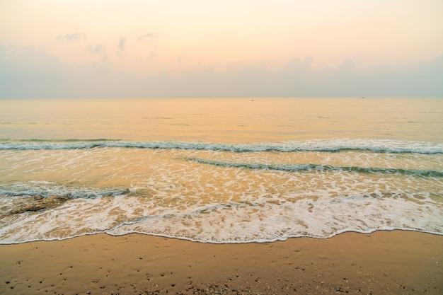 Красивый пляж и море на время восхода