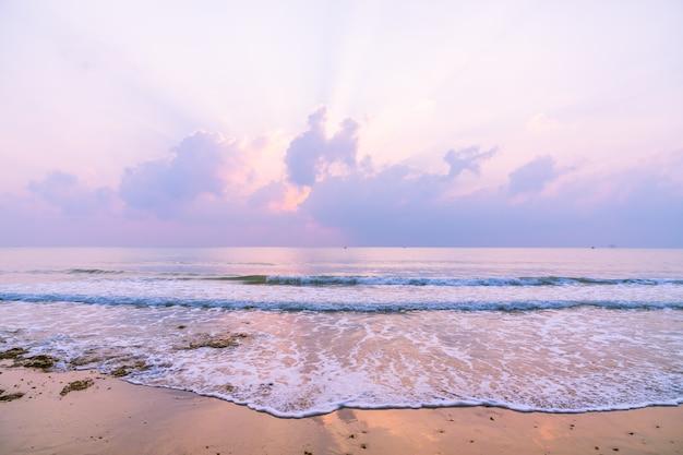 일출 시간에 아름다운 해변과 바다