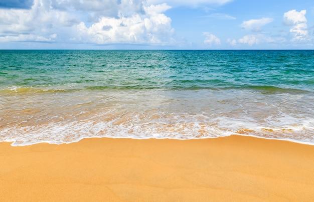 タイのマイカオビーチプーケットの青い空の表面を持つ美しいビーチと海。晴れた日旅行時間の概念。