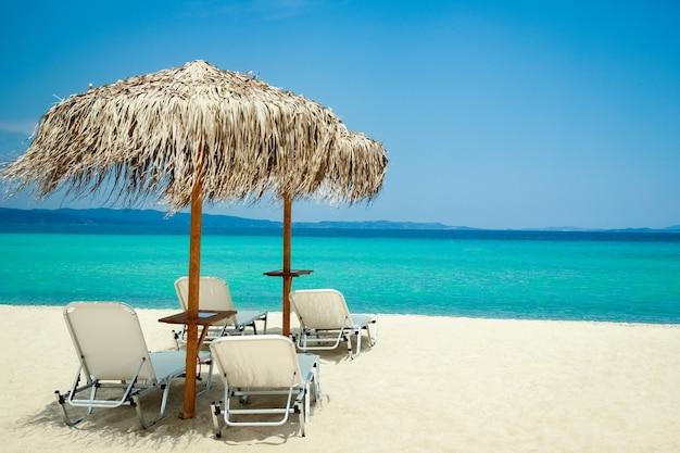자연 배경에 그리스의 해변 근처 아름다운 해변 의자