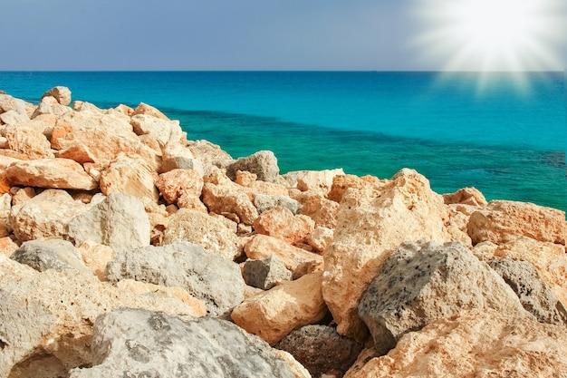 Красивый пляж на природе