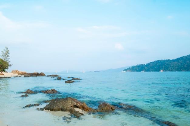 Красивый пляж в летнее время концепция путешествия, отдых и каникулы. остров липе в таиланде.