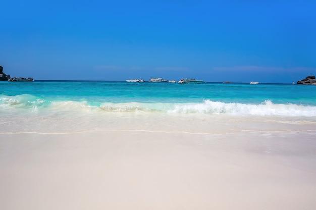 透き通った水と白い砂浜のあるタイの海岸の美しいビーチ