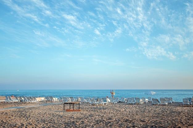 Красивый пляж, вид на море. сегодня утром на пустом пляже, отдых у моря, время отпуска.