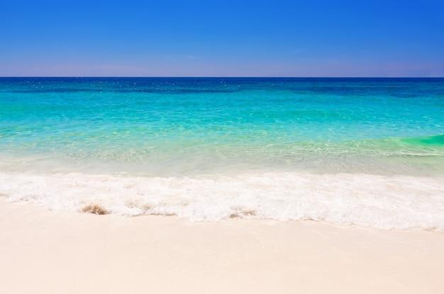 Красивый пляж симиланские острова. таиланд, пхукет.