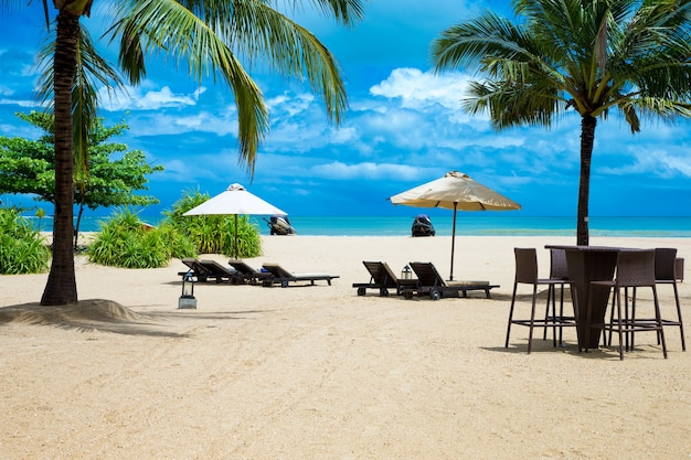 美しいビーチ。夏休みと休暇の概念の背景。観光と旅行