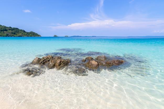 푸른 하늘 배경에 태국 동부 트라 지방 동부에서 아름다운 해변보기 코 창 섬 바다