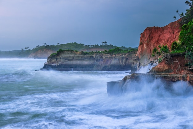 아름다운 해변의 파도와 흐린 하늘 풍경