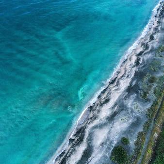 美しいビーチの波