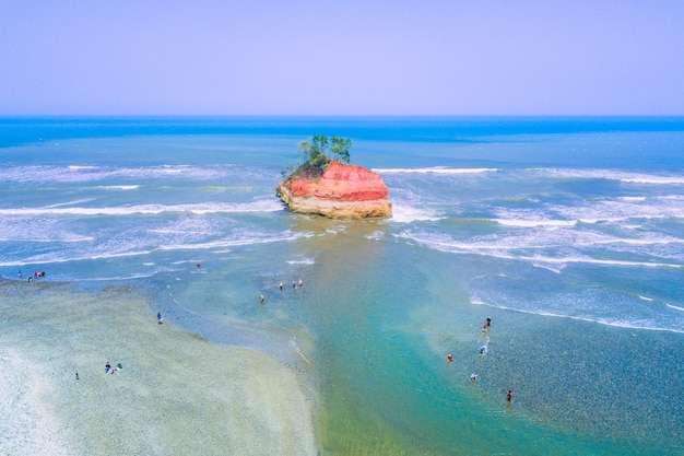 Красивый пляж с аэрофотосъемкой в северном бенгкулу