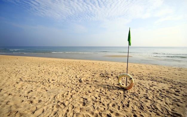 Bellissima spiaggia con un anello gonfiabile a hoi an, vietnam