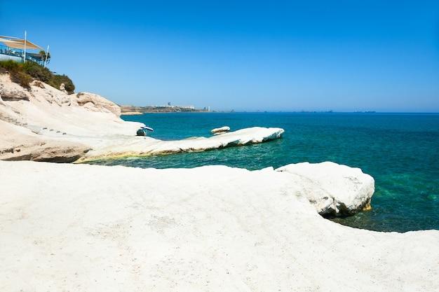청록색 바다와 흰색 돌이 있는 아름다운 해변