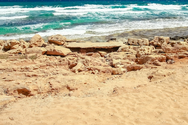 Красивый пляж с волнами на природе на поверхности