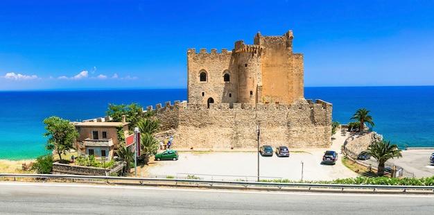 イタリアの美しいビーチと城-カラブリアのロゼート・カーポ・スプリーコ
