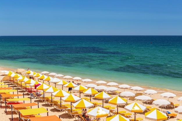 ポルトガルのアルガルヴェ海岸、アルマサンデペラの美しいビーチ。