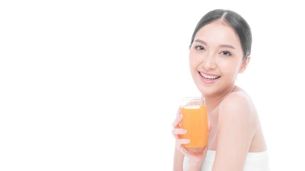 아름다운 아시아 여성 귀여운 소녀는 배경에서 건강을 위해 오렌지 주스를 마시는 것이 행복하다고 느낍니다 - 라이프스타일 뷰티 우먼의 건강한 개념