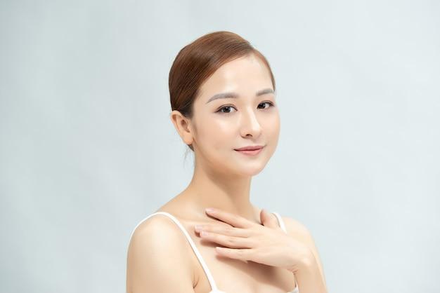 Красивая красавица молодая женская модель девушка трогает ее кожу