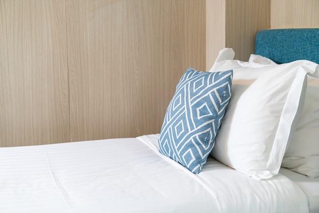 침대에 베개가있는 아름다운 침실