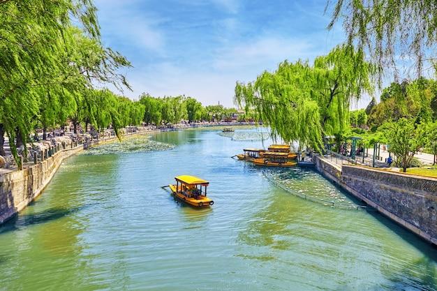 Красивая лодка в парке бэйхай на пруду с людьми недалеко от запретного города пекин, китай