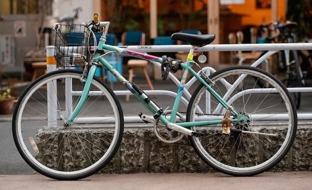 바구니와 함께 아름다운 자전거