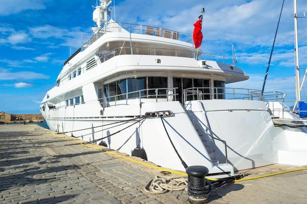 Красивый большой корабль в море возле набережной