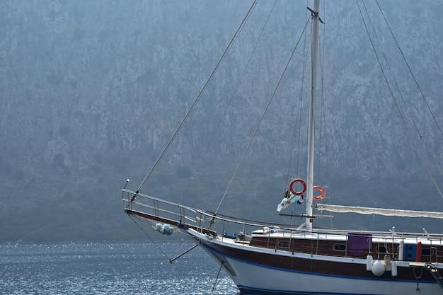 岩を背景にした美しい大きなヨット