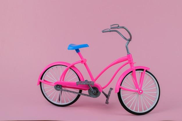 ピンクの背景に青いサドルと美しいバイク。