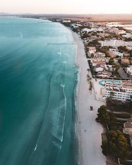 Bella immagine a volo d'uccello di una città, una spiaggia e un mare