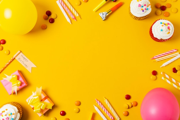 Красивая композиция на день рождения на желтом фоне