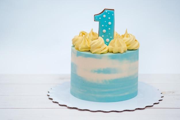 白い背景の上のナンバーワンの美しいバースデーケーキ