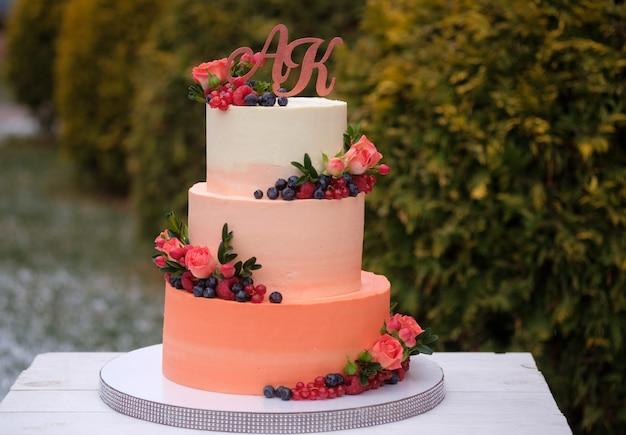 Красивый торт на день рождения или свадебный